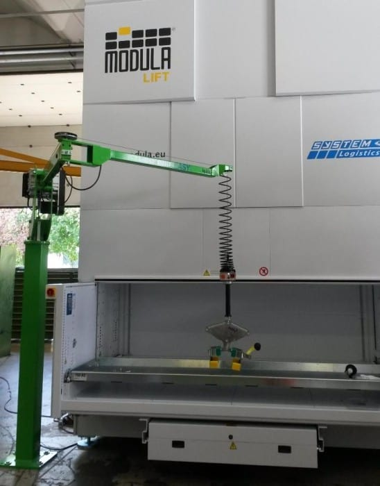 Handling moulds out of a vertical warehouses