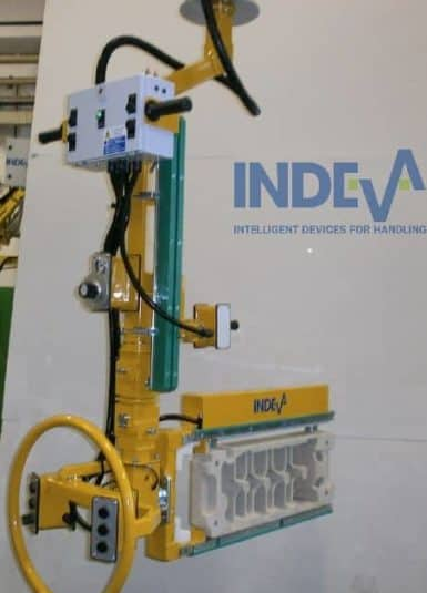 An INDEVA Liftronic is the most ergonomic solution for the manual handling of foundry moulds, thanks to a precise and fast manipulator, the operator can move the load in an intuitive way and at the most suitable speed for each phase of the working cycle.