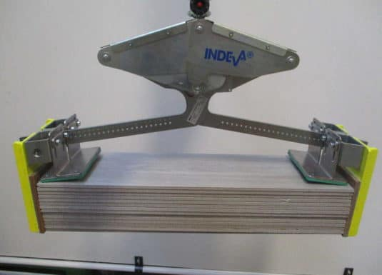 Thanks to its compact and ergonomic design, INDEVA's Liftronic guarantees lightness and ease of use: in fact, the system self-balances in real time, recognizing the weight of the load. In this way, it becomes very easy for the operator to position the tiles precisely, thanks above all to the electronic control.
