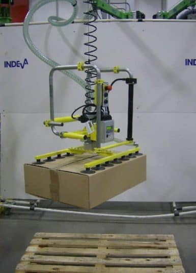 Scaglia INDEVA with its industrial manipulators, increases ergonomics and productivity within the working cycles, in particular thanks to the characteristics of self-balancing and sensitivity, which allow the handling of boxes by gripping with suction cups in total safety.