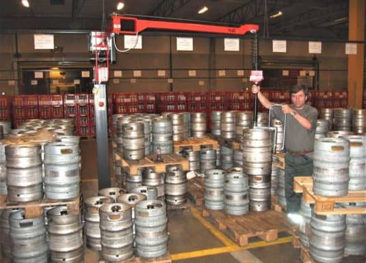 Ergonomic handling systems for beer drums in the logistic area and in the warehouse with an INDEVA model Liftronic Easy