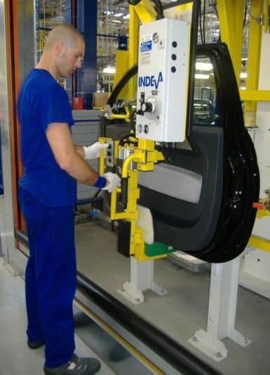 Possibility of handling doors without the need for pre-setting of load, thanks to the technical characteristic typical of INDEVA to detect and counterbalance in real time and automatically the weight of the load lifted. The immediate response of the system allows the operator to accelerate or slow down the movement according to the need, with a minimum effort.