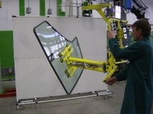 Handling glasses in the automotive industry