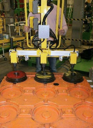The INDEVA systems are used in the movement of the tyre assembly. Thanks to their slim and compact structure, movements on the horizontal axis are fast and fluid, positioning the load extremely precisely. The use of INDEVA manipulators makes it easier to move loads.