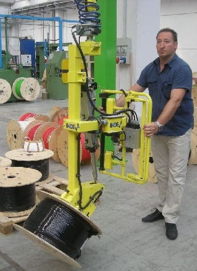 Possibility of handling various hanks without the need for pre-setting of load, thanks to the technical characteristic typical of INDEVA to detect and counterbalance in real time and automatically the weight of the load lifted. The immediate response of the system allows the operator to accelerate or slow down the movement according to the need, with a minimum effort.