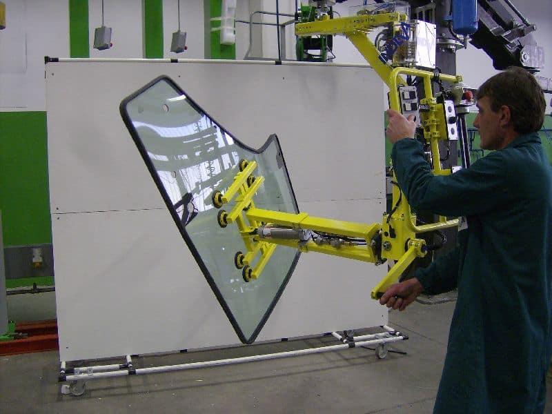 Průmyslový manipulátor pro dveře se skly