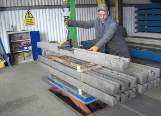 The handling of uncomfortable objects such as beams and concrete blocks is a strong point for INDEVA's Liftronic systems which, thanks to their versatility and the possibility of exchanging gripping tools, adapt to any situation and work cycle.