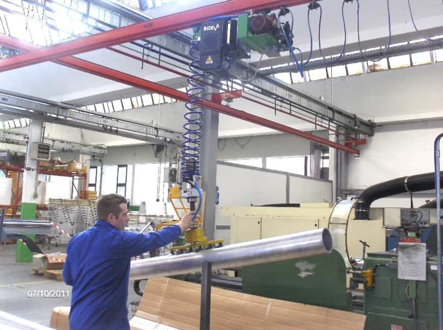 Overhead lifting equipment for loading a lathe
