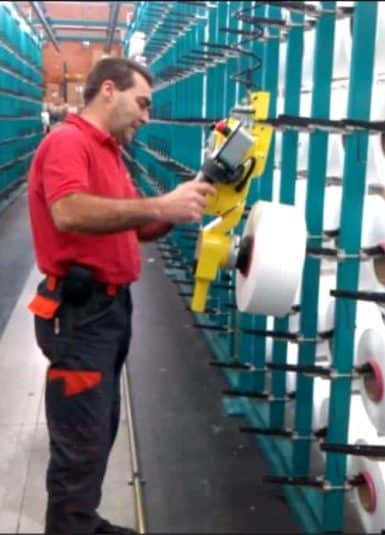 Possibility of handling textile fibre reels without the need for pre-setting of the load, thanks to the technical characteristic typical of INDEVA to detect and counterbalance in real time and automatically the weight of the lifted load. The immediate response of the system allows the operator to accelerate or slow down the movement according to the need, with a minimum effort.