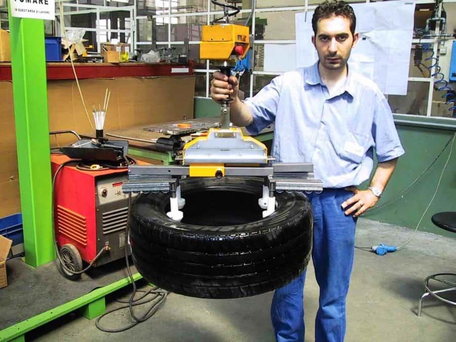 Les manipulateurs INDEVA utilisés dans le processus de fabrication du pneumatique.