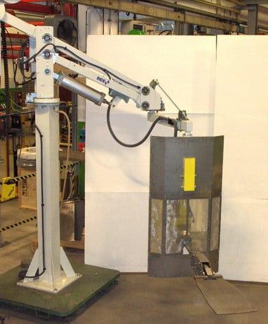 Manipulátor s ramenem pro manipulaci s odpruženými díly ve slévárnách