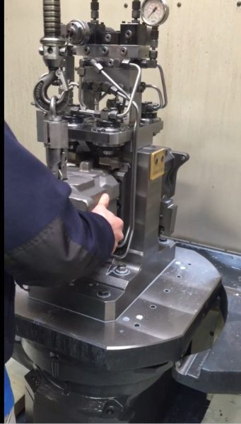 electronic manipulators for loading parts on machnetools
