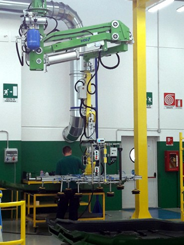 Handhabung von Seiten des Traktorsge tractor sides in a production line using an overhead mounted intelligent lift assist device INDEVA Liftronic Air