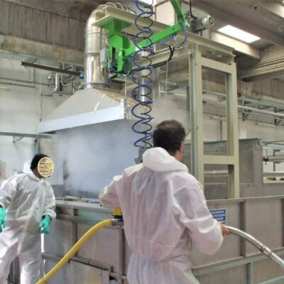 Un manipolatore INDEVA per sostenre lo spruzzatore di lattice ed evitare l'infiammazione del tunnel carpale