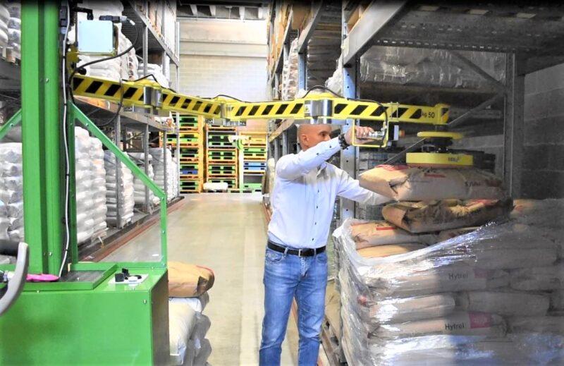 Mobile manipulaotr for handling sacks in the warehouse